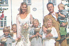 danish HER OG NU 31. Aug. 2000 - wedding, with all the kids in front of the church